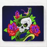 Serpiente, cráneo y rosas tapetes de ratón