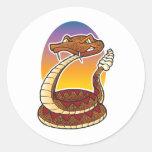 Serpiente de cascabel del dibujo animado pegatinas redondas