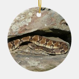 Serpiente de cascabel en el parque nacional de adorno navideño redondo de cerámica