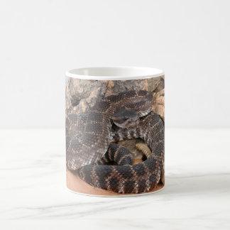 Serpiente de cascabel pacífica meridional taza clásica