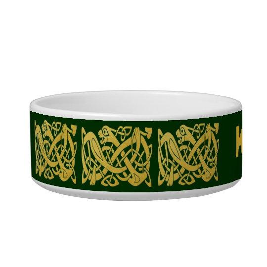Serpiente de oro céltica en el cuenco verde oscuro comedero para mascota