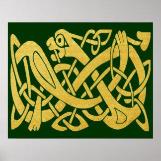 Serpiente de oro céltica en el poster verde oscuro