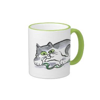 Serpiente del jardín y el gatito curioso taza de dos colores