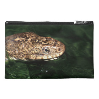 serpiente en agua esmeralda