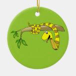 Serpiente linda del amarillo del dibujo animado en ornamente de reyes