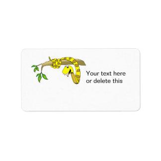 Serpiente linda del amarillo del dibujo animado en etiqueta de dirección