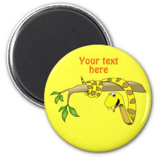 Serpiente linda del amarillo del dibujo animado en imán redondo 5 cm