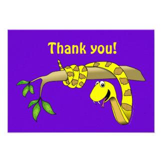Serpiente linda del amarillo del dibujo animado en invitaciones personalizada