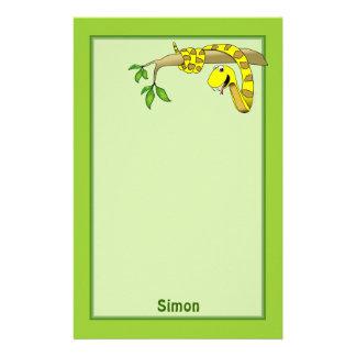 Serpiente linda del amarillo del dibujo animado en papelería de diseño