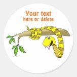 Serpiente linda del amarillo del dibujo animado en etiquetas redondas