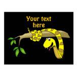 Serpiente linda del amarillo del dibujo animado en postal