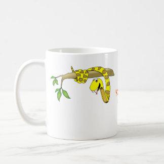 Serpiente linda del amarillo del dibujo animado en tazas