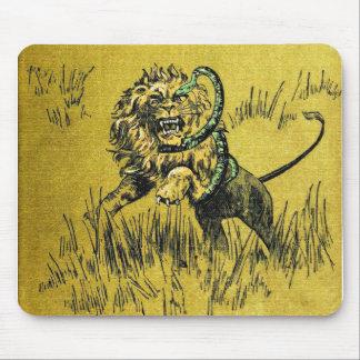 Serpiente que lucha del león alfombrillas de raton