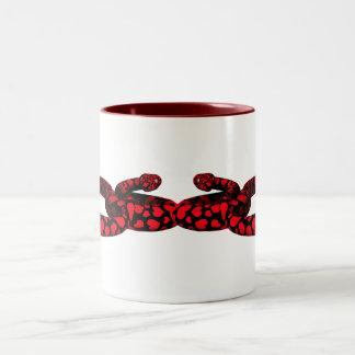 Serpiente roja con los corazones tazas de café
