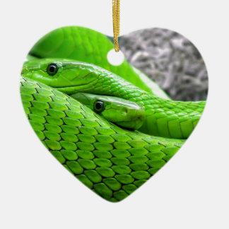Serpiente verde adorno de cerámica en forma de corazón