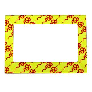 serpientes rojas diagonales en amarillo marcos magneticos