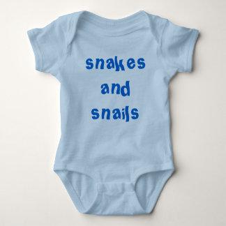 Serpientes y caracoles de los muchachos en azul remera