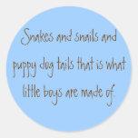 Serpientes y colas de los caracoles y del perro de etiquetas redondas