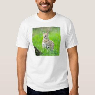 Serval en la hierba remera