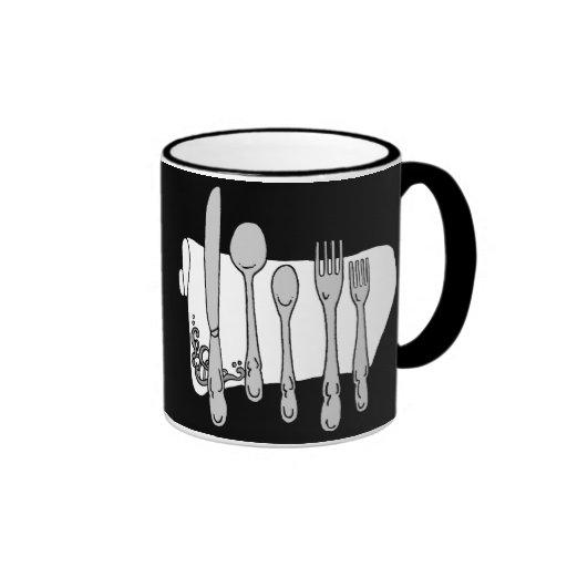 Servicio de mesa blanco y negro en la taza del caf