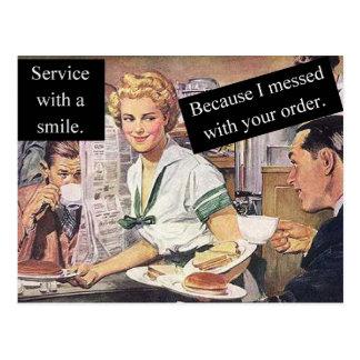 Servicio retro de la camarera con una sonrisa postales