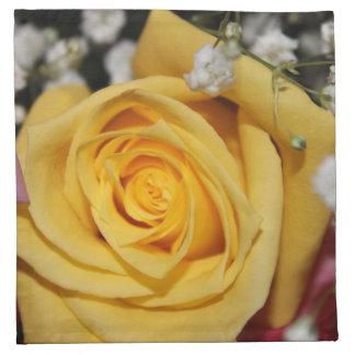 Servilleta amarilla del pétalo color de rosa