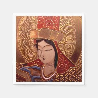 Servilletas de papel de la mujer asiática con