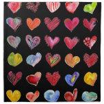 Servilletas negras del paño de los corazones artís
