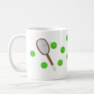 Servin encima de pelotas de tenis taza clásica