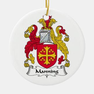 Servir el escudo de la familia adorno navideño redondo de cerámica