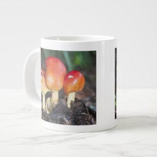 Seta de la familia de la amanita taza de café grande