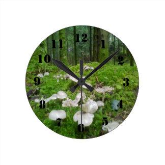 Seta del bosque reloj redondo mediano