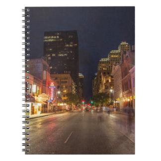 Sexta calle en la oscuridad en Austin céntrico, Libro De Apuntes