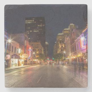Sexta calle en la oscuridad en Austin céntrico, Posavasos De Piedra