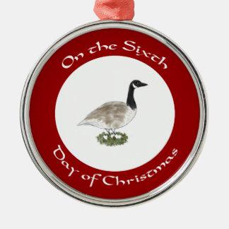 Sexto día de ornamento del navidad - ganso y adorno redondo plateado