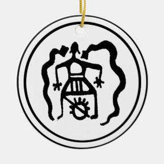 Shaman y las guías ancestrales del alcohol adorno redondo de cerámica