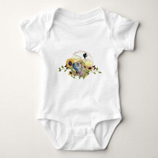 Sharpei tarda tiempo para oler la ropa de las body para bebé