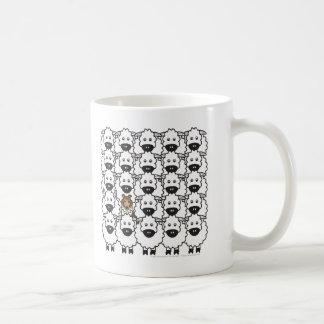 Sheltie en las ovejas taza de café