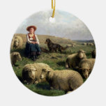 Shepherdess con las ovejas en un paisaje adorno navideño redondo de cerámica