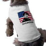 Sheridan con el fondo de la bandera americana camisas de mascota