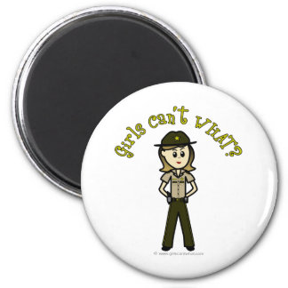 Sheriff de sexo femenino ligero en el uniforme de  imán redondo 5 cm