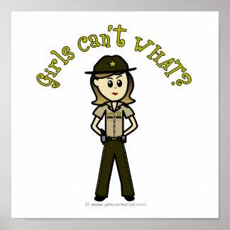Sheriff de sexo femenino ligero en el uniforme de póster