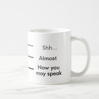 Shh casi ahora usted puede hablar el café de la taza básica blanca