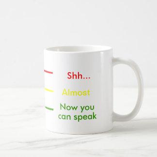 Shh casi ahora usted sabe hablar el café de la taza básica blanca