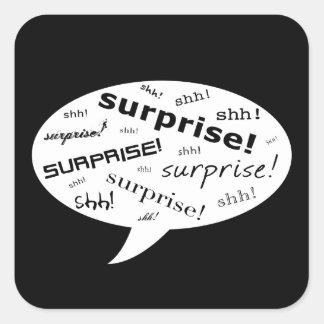 shh es una burbuja cómica del fiesta de sorpresa pegatina cuadrada