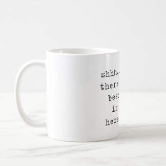 Shh… hay cerveza en aquí asalta taza de café