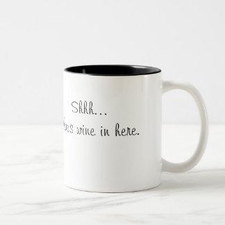 Shh… hay vino en aquí asalta tazas de café