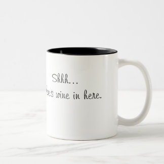 Shh… hay vino en aquí asalta taza de café de dos colores