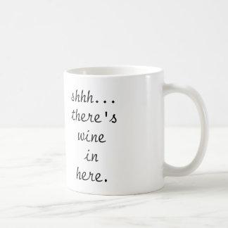 shhh… hay taza de café del vino adentro aquí -