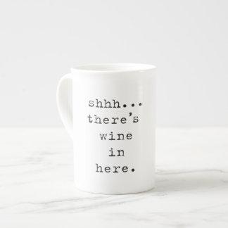 Shhh… hay vino en aquí asalta taza de porcelana